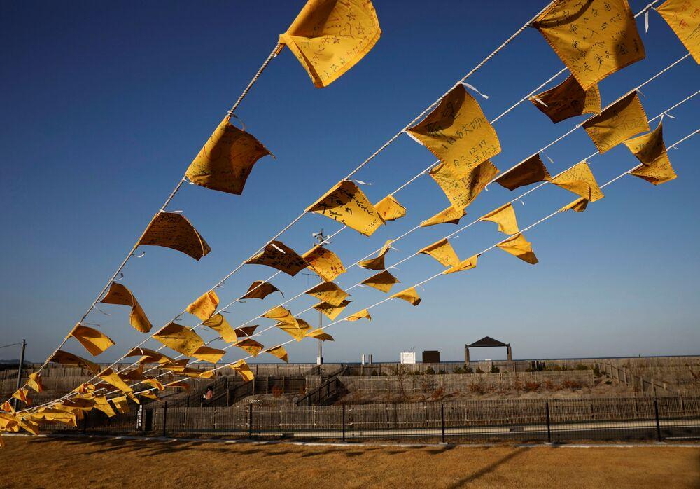 Lenços amarelos são pendurados com mensagens de apoio para as pessoas nas zonas atingidas pelo terremoto de 2011, em Iwaki, prefeitura de Fukushima, Japão, 10 de março de 2021