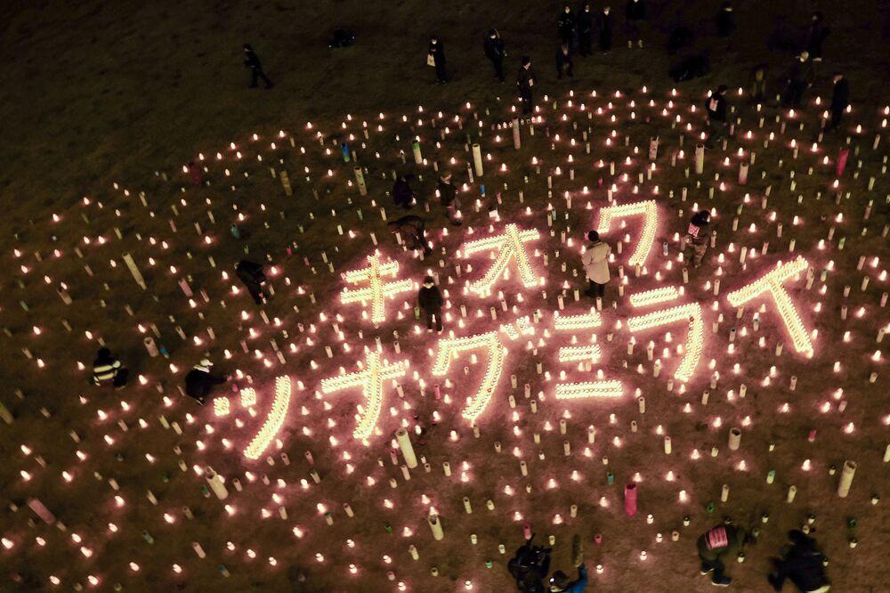 Velas acesas em memória às vítimas do terremoto de 2011 em cerimônia lembrando os 10 anos da tragédia, em Futaba, prefeitura de Fukushima, Japão, 10 de março de 2021