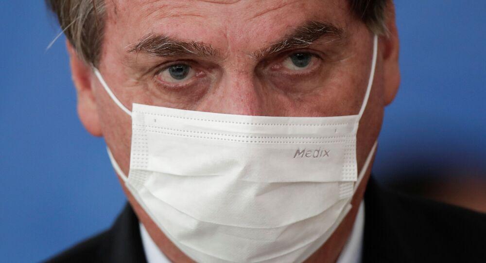 Presidente do Brasil, Jair Bolsonaro, usa máscara protetora durante cerimônia no Palácio do Planalto, Brasília, 10 de março de 2021