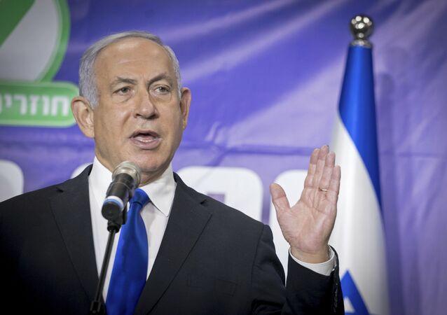 Premiê israelense Benjamin Netanyahu fala com jornalistas durante campanha de vacinação contra a COVID-19 em Israel, 8 de março de 2021.