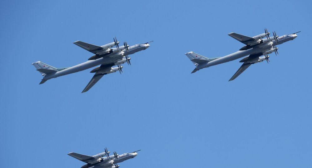 Bombardeiros estratégicos russos Tu-95MS, , durante ensaio geral da parte aérea do desfile para assinalar o 75º aniversário de Vitória na Grande Guerra pela Pátria em Moscou