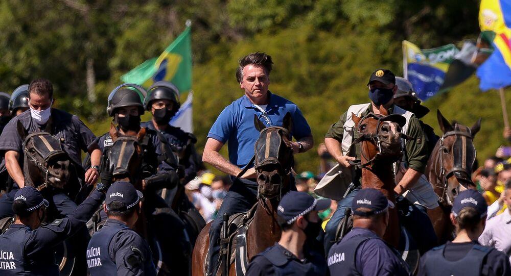 Presidente Jair Bolsonaro anda de cavalo durante manifestação em apoio ao governo em Brasília