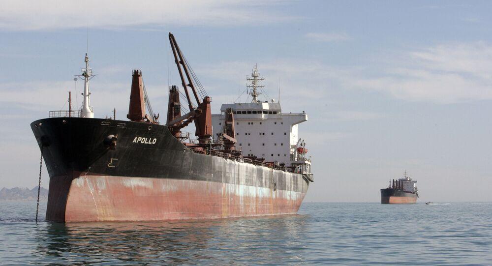 Navios de carga navegando entre o porto iraniano de Bandar Abbas e a ilha de Qeshm no golfo Pérsico