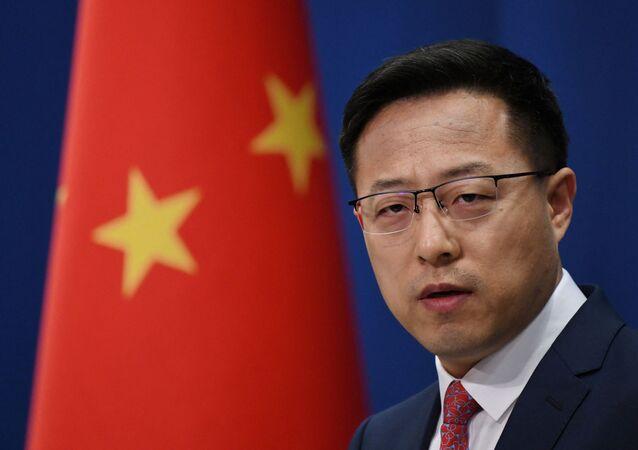 Zhao Lijian, porta-voz do Ministério das Relações Exteriores da China, fala em briefing em Pequim, China, 8 de abril de 2020
