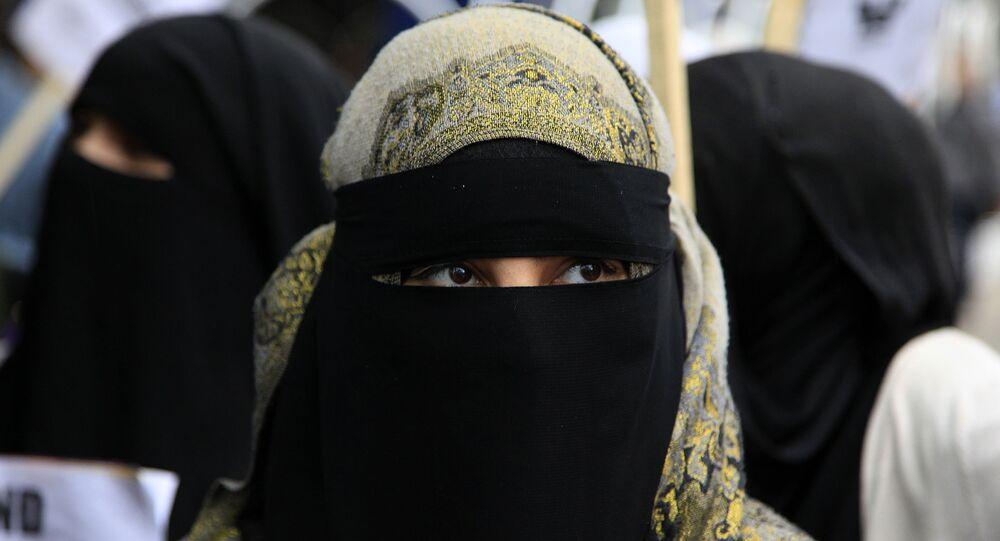 Manifestante veste niqab durante protesto na frente da Embaixada da França em Londres, Reino Unido (foto de arquivo)