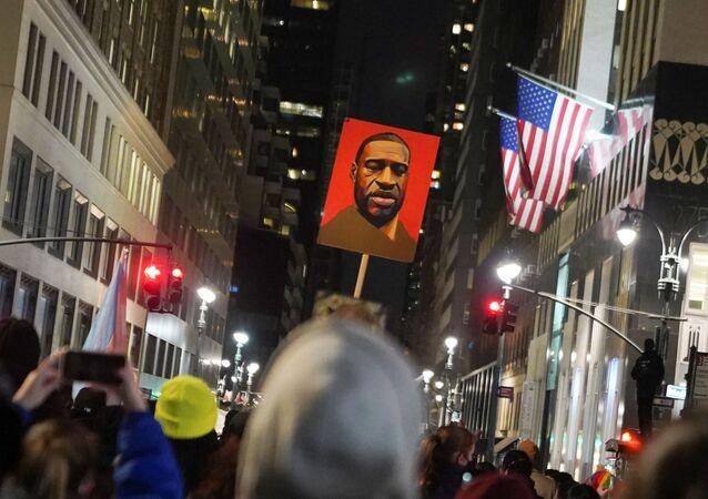 Manifestantes participam de protesto por justiça para George Floyd, que morreu às mãos de policial em 25 de maio de 2020, em Nova York, EUA, 8 de março de 2021