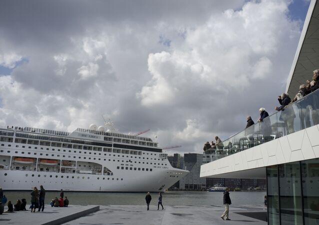 Em Amsterdã, nos Países Baixos, o navio de cruzeiro MSC Lirica passa pelo rio IJ, em 21 de abril de 2012