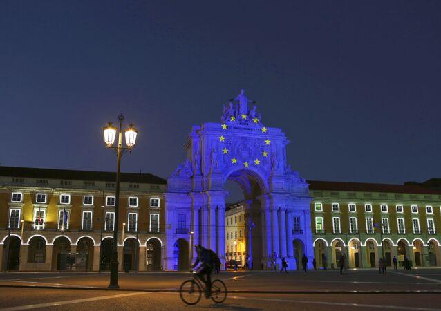 Arco na Praça do Comércio em Lisboa iluminado com cores da bandeira da União Europeia durante a presidência rotativa do país do Conselho da UE