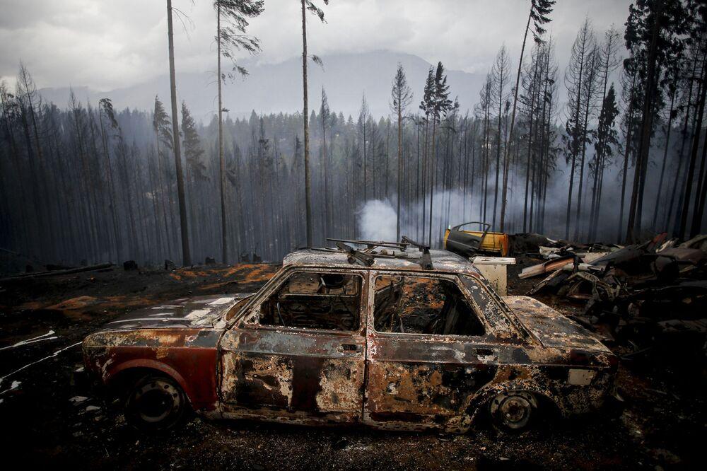 Veículo queimado em incêndio florestal em Las Golondrinas, Argentina