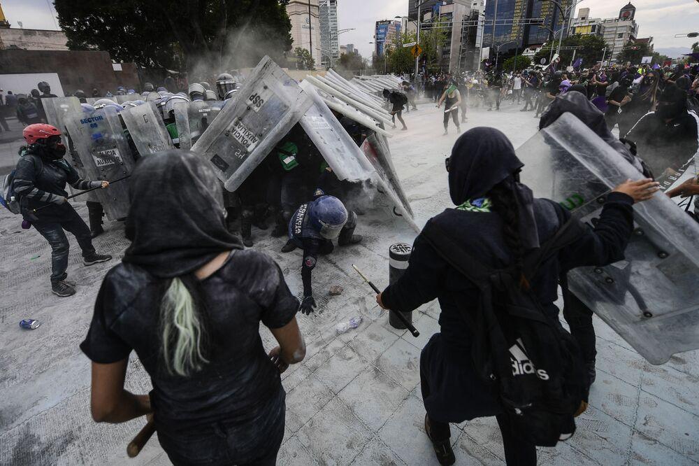 Manifestantes em confronto com a polícia durante manifestação no Dia Internacional da Mulher, na Cidade do México