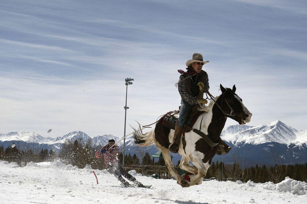 Competição de skijoring em Leadville, estado do Colorado, EUA