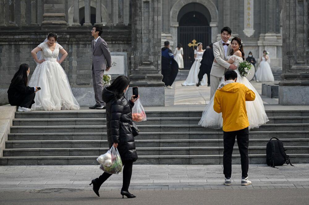Recém-casados perto de uma igreja em Pequim, China