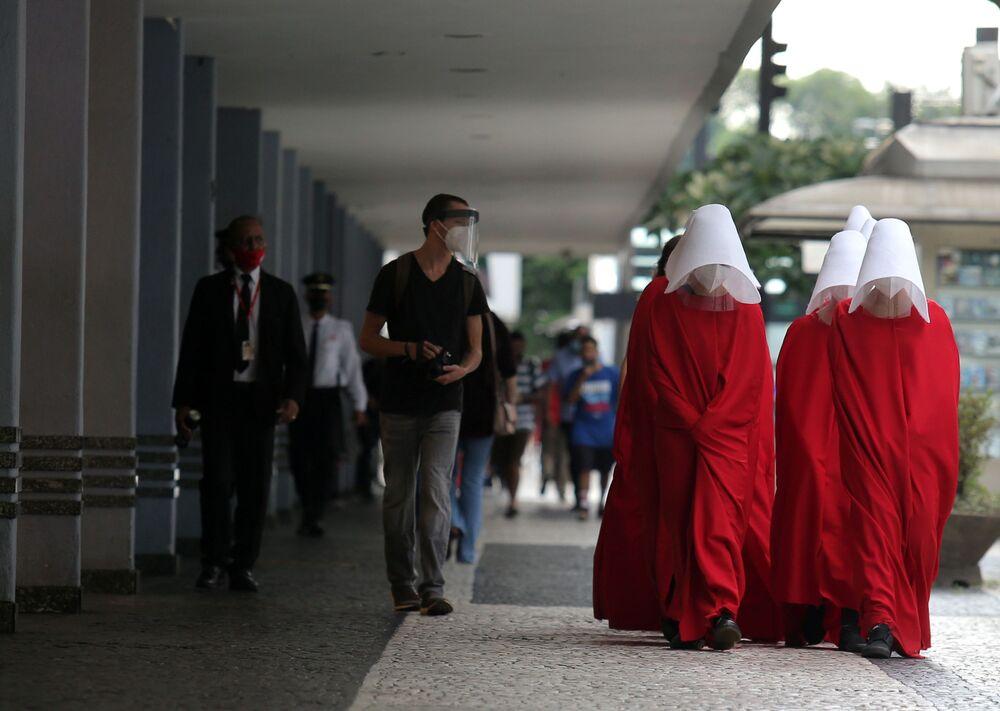 Mulheres trajadas de personagens de O Conto da Aia durante manifestação no Dia Internacional da Mulher, São Paulo, 8 de março de 2021