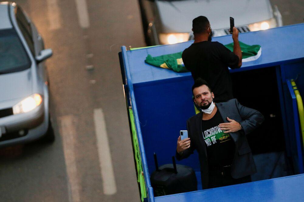 Homem vestindo camisa com dizeres Lockdown no DF não durante carreata contra medidas anti-COVID-19, Brasília, 13 de março de 2021
