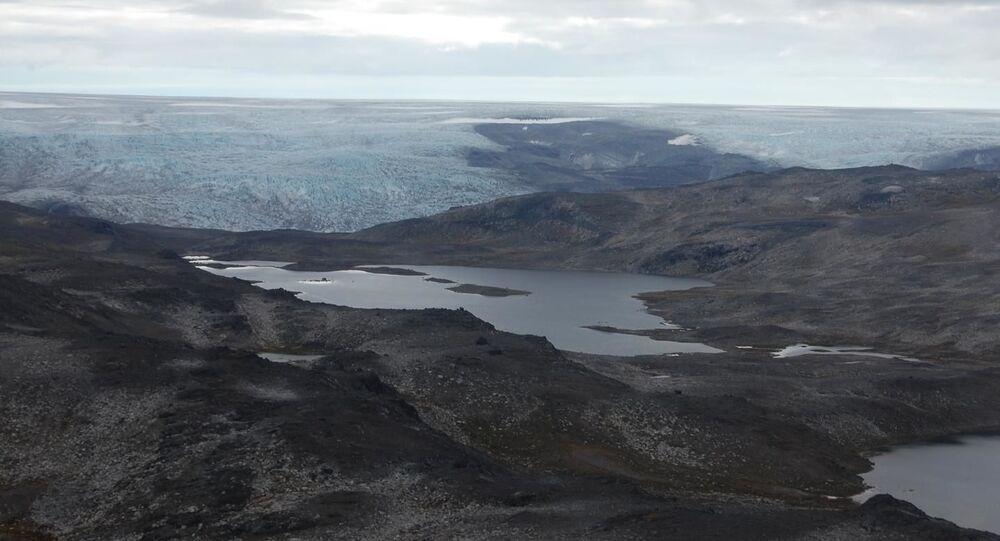À primeira vista, as rochas que compõem o Cinturão Isua supracrustal da Groenlândia se parecem com qualquer basalto moderno que se encontra no fundo do mar. Mas este recorte, que foi descrito pela primeira vez nos anos 1960, é a exposição mais antiga das rochas na Terra, conhecida por conter as primeiras evidências de vida microbiana e placas tectônicas