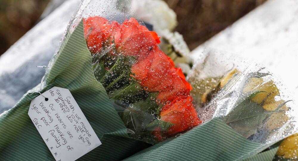 Flores colocadas em homenagem a  Sarah Everard em um campo de golfe de Ashford, cidade onde o corpo da vítima foi encontrado