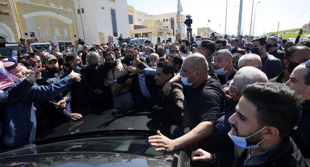 Pessoas furiosas se reúnem do lado de fora do Hospital Al-Hussein Al Salt em Salt, Jordânia