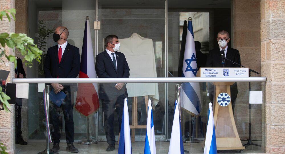 Andrej Babis, primeiro-ministro da República Tcheca, Gabi Ashkenazi, ministro das Relações Exteriores de Israel, e Amir Ohana, ministro da Segurança Pública de Israel, participam da cerimônia de inauguração da representação diplomática tcheca em Jerusalém, 11 de março de 2021