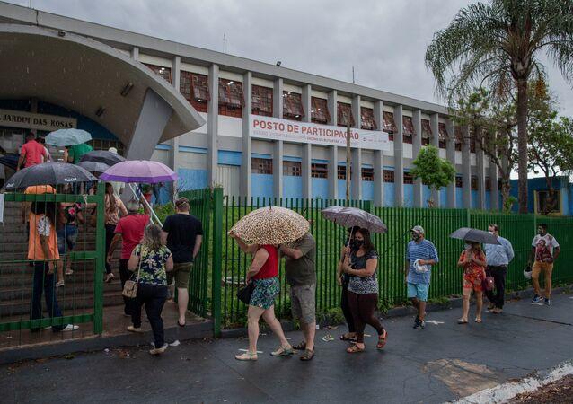 Projeto S: moradores do município de Serrana, na Região Metropolitana de Ribeirão Preto (SP), aguardam em fila para serem vacinados com a contra a COVID-19