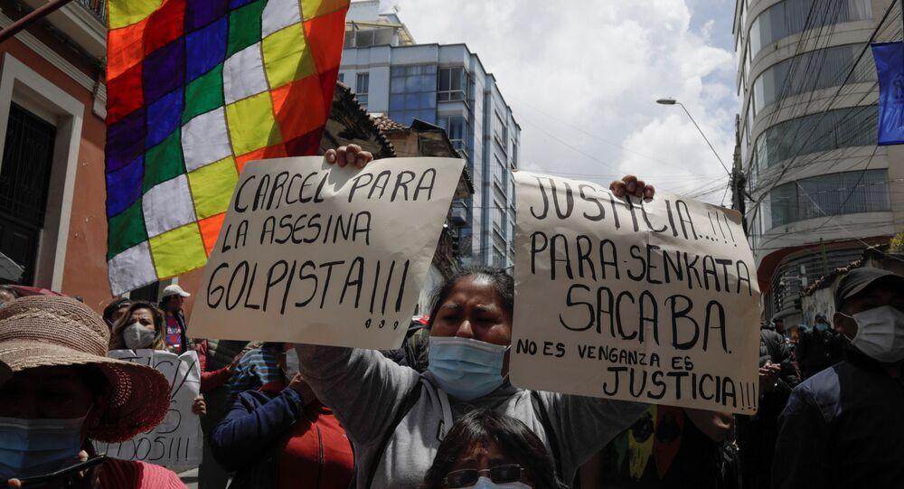 Manifestantes durante ato a favor da prisão da ex-presidente interina da Bolívia, Jeanine Áñez, em La Paz, Bolívia, 14 de março de 2021