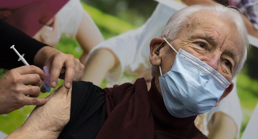 Um dos primeiros a receber a vacina contra a COVID-19 em Apeldoorn, Holanda, na terça-feira, dia 26 de janeiro de 2021. Jos Bieleveldt, aos 91 anos de idade.