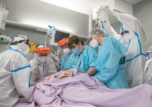 Médicas e enfermeiras tratam paciente com COVID-19 em unidade de terapia intensiva do Centro Clínico de Voivodina em Novi Sad, Sérvia, durante o Dia Internacional da Mulher, 8 de março de 2021