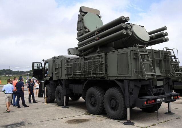 Sistema de mísseis e artilharia terra-ar Pantsir-S em exposição no aeródromo Tsentralnaya Uglovaya, perto de Vladivostok, Rússia