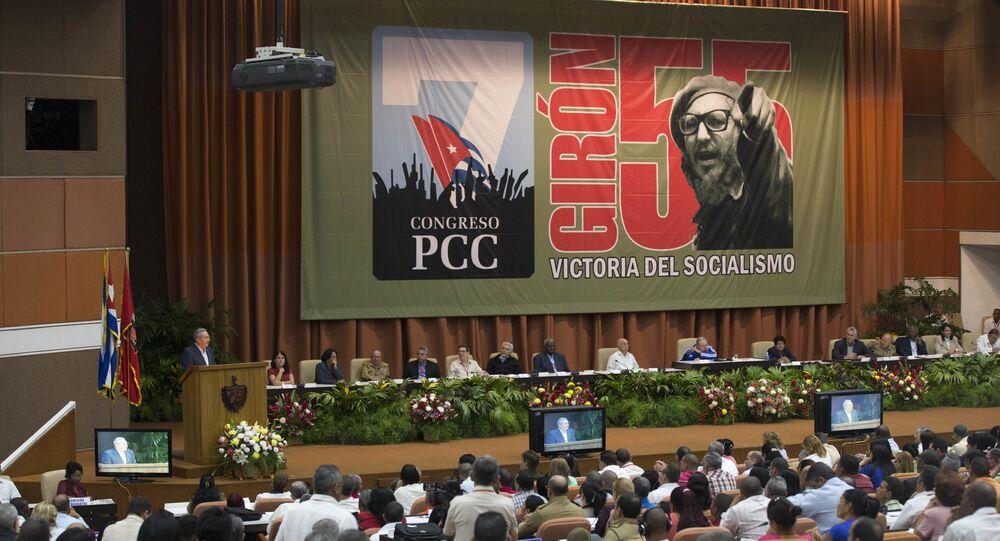 De jaqueta azul, Fidel Castro participou da abertura do 7º Congresso do Partido Comunista Cubano, em abril de 2016
