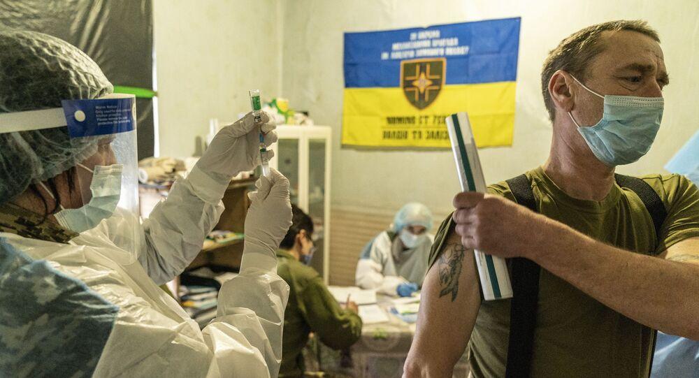 Em Krasnohorivka, na Ucrânia, um soldado ucraniano é vacinado contra a COVID-19, em 5 de março de 2021