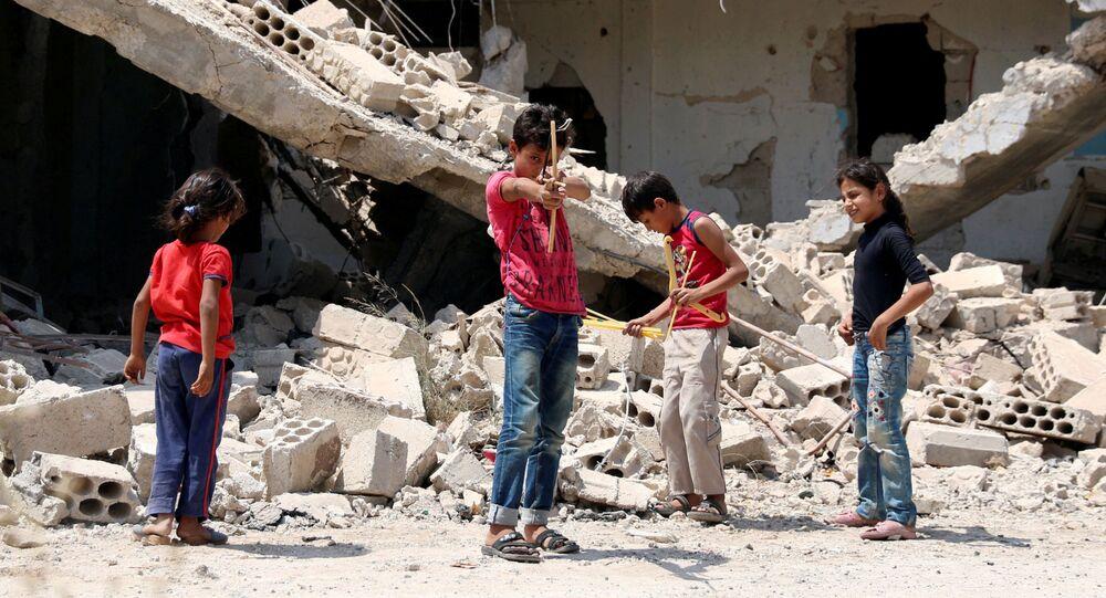 FOTO DO ARQUIVO: Crianças brincam ao longo de uma rua em uma parte controlada pelos rebeldes da cidade de Daraa, no sul da Síria, 20 de agosto de 2017.