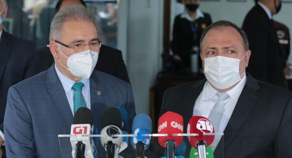 O novo ministro da saúde, Marcelo Queiroga, e Eduardo Pazuello, que está deixando o cargo, concedem entrevista coletiva em Brasília (DF), 16 de março de 2021