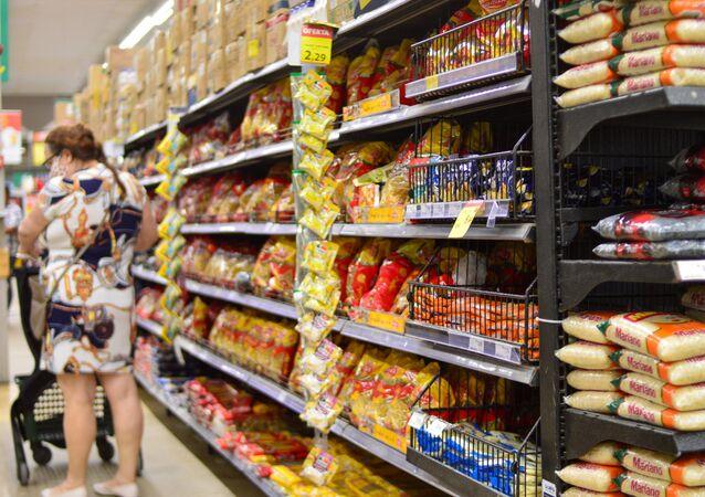 Apesar da previsão positiva sobre o PIB, os alimentos no Brasil continuam a ter os preços elevados. Em uma prateleira de mercado em Recife composta por 13 itens essenciais para rotina alimentar, dez deles sofreram aumento até o mês de março de 2021