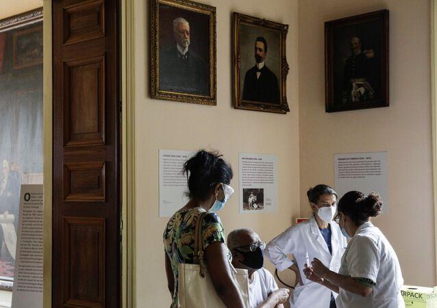 Idoso recebe dose da CoronaVac no Palácio do Catete, no Rio de Janeiro