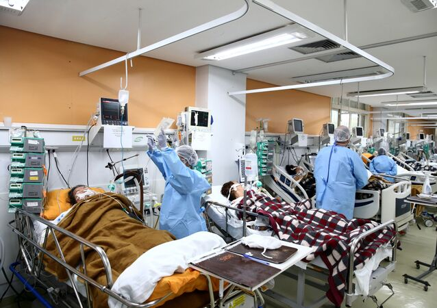 Médicos e enfermeiros trabalham em unidade do hospital Nossa Senhora da Conceição, em Porto Alegre, lotado em função da pandemia do coronavírus