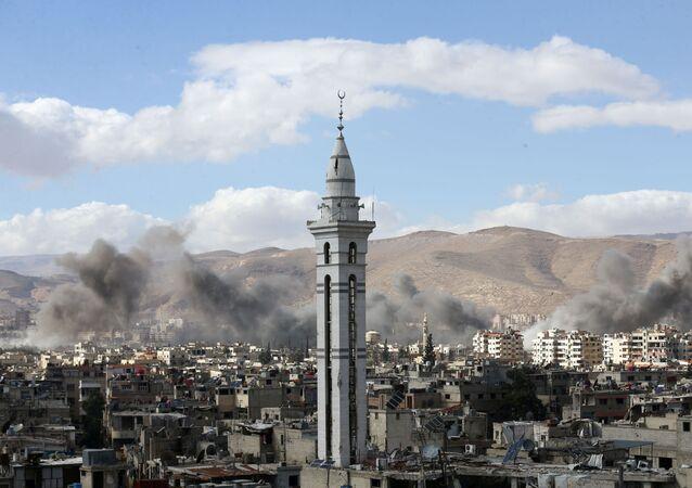 Fumaça toma conta de Ghouta em Damasco