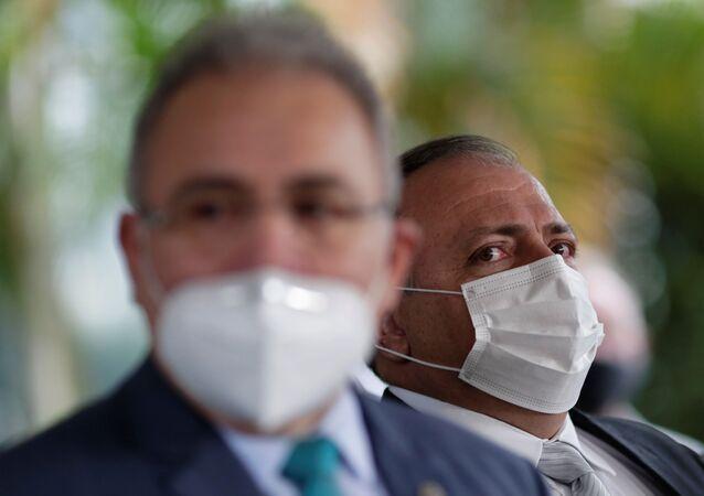 O ex-ministro da Saúde, Eduardo Pazuello (à direita) e o novo ministro, Marcelo Queiroga, durante coletiva de imprensa em Brasília, 16 de março de 2021