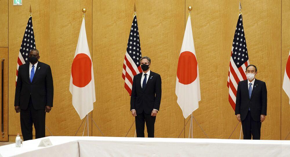O primeiro-ministro japonês Yoshihide Suga (à direita), o secretário de Estado dos EUA, Antony Blinken (ao centro) e o secretário de Defesa, Lloyd Austin (à esquerda) posam para uma sessão de fotos durante visita a Toquio, 16 de março de 2021