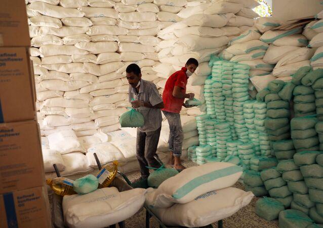 Trabalhadores preparam alimentos em um centro de distribuição apoiado pelo Programa Mundial de Alimentos em Sanaa, Iêmen, 3 de junho de 2020.