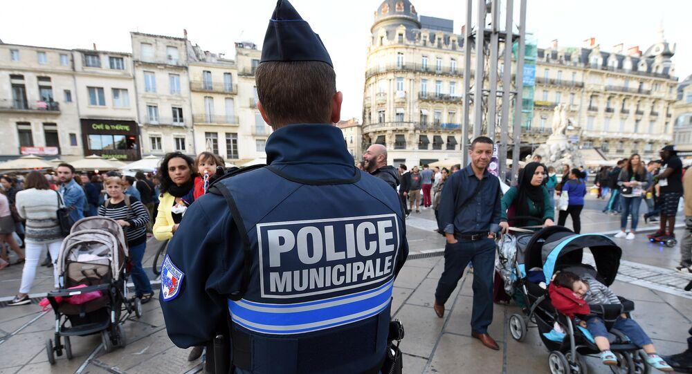 Policial patrulha ruas da cidade de Montpellier, no sul da França, em 14 de novembro de 2015