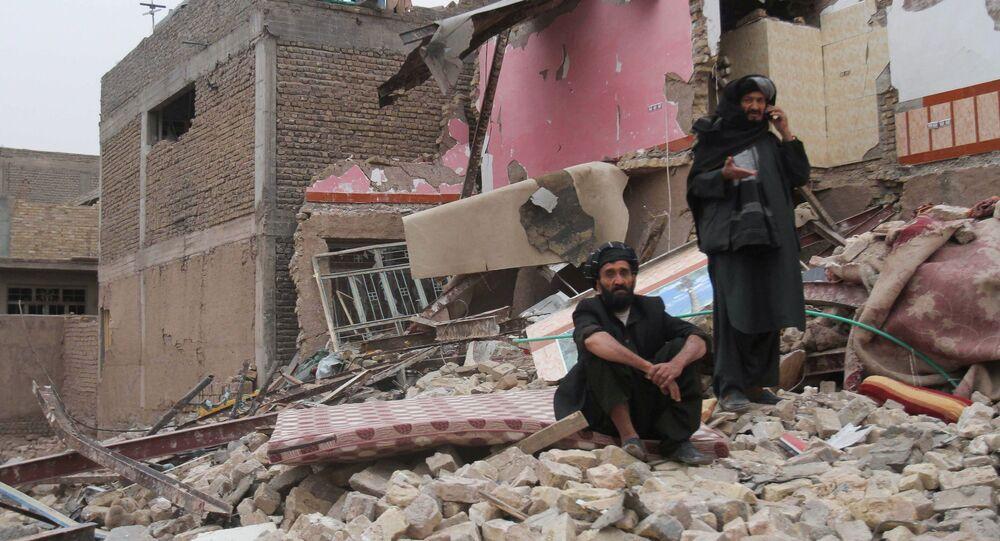 Moradores observam local após explosão de um carro-bomba na província de Herat, no Afeganistão, em 13 de março de 2021.