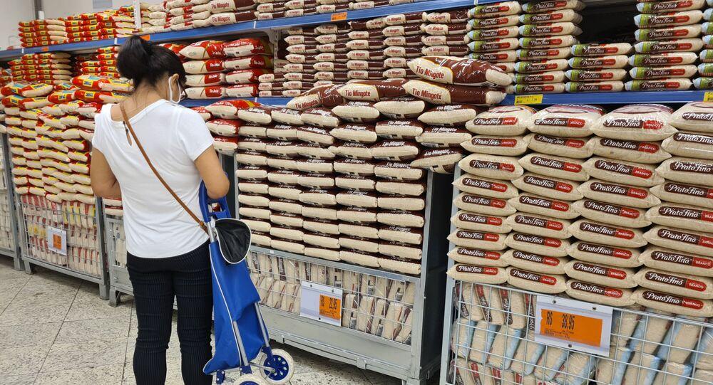 O preço dos alimentos está cada vez mais alto para os brasileiros; consumidora em supermercado do Rio de Janeiro, no dia 26 de fevereiro de 2021.