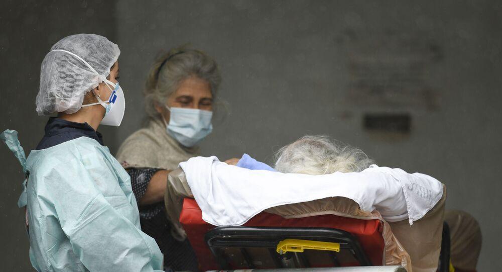 Em Brasília, paciente com COVID-19 chega de ambulância a um hospital público de referência, em 17 de março de 2021