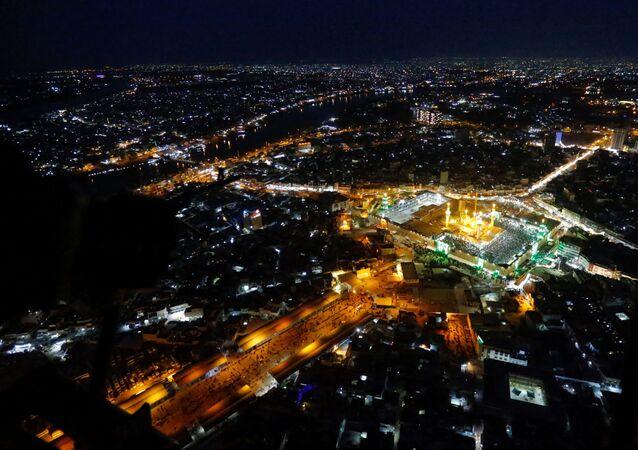 Em Bagdá, o templo de Moussa al-Kadhim é visto a partir de cima no distrito de Kadhimiya, em 9 de março de 2021