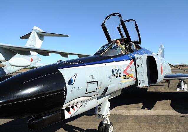 Primeiro-ministro japonês, Yoshihide Suga, visita militares da Força Aérea de Autodefesa do Japão