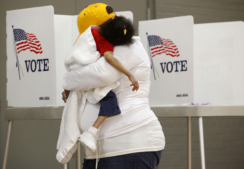 Mulher carrega criança durante eleições em Greenville, Carolina do Norte, EUA, 8 de novembro de 2016 (foto de arquivo)