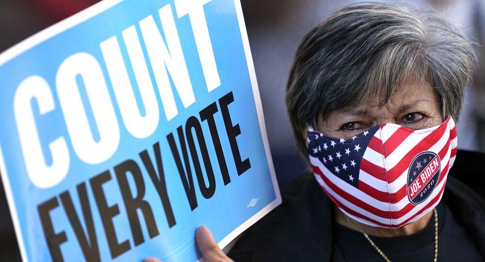 Apoiadora de Biden pede contagem de todos os votos nas eleições presidenciais, em Houston, Texas, EUA, 2 de novembro de 2020