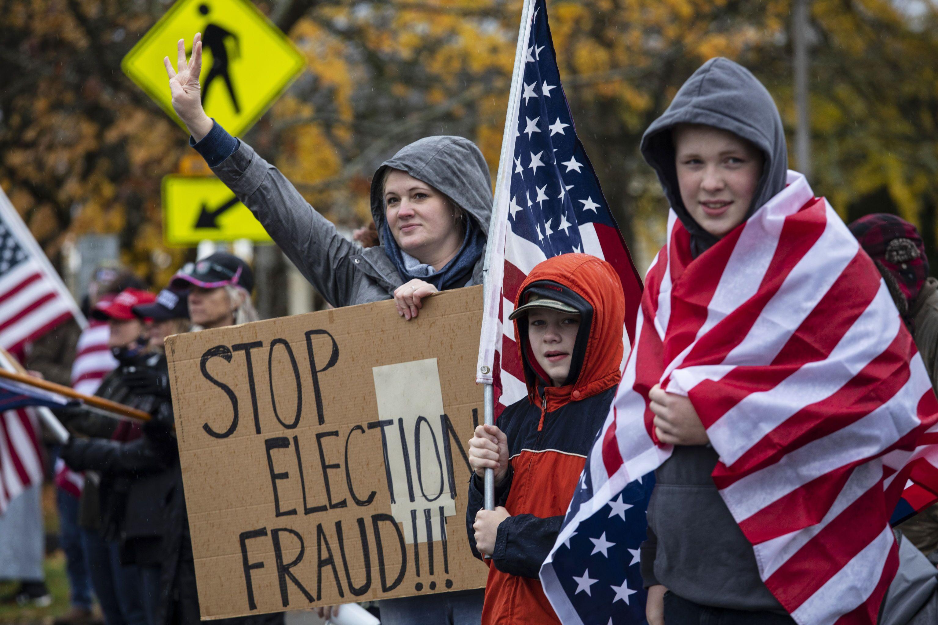 Apoiadores de Trump protestam contra o reconhecimento do resultado das eleições presidenciais, em Salem, Oregon, EUA, 14 de novembro de 2020