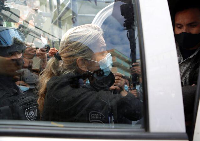 Ex-presidente interina da Bolívia, Jeanine Áñez, fora da sede da Força Especial de Combate ao Crime em La Paz, Bolívia, 13 de março de 2021