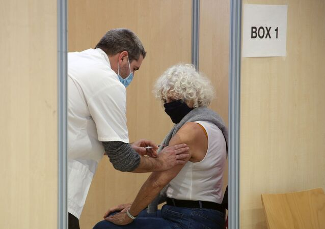 Mulher recebe vacina Pfizer na França, 18 de fevereiro de 2021.