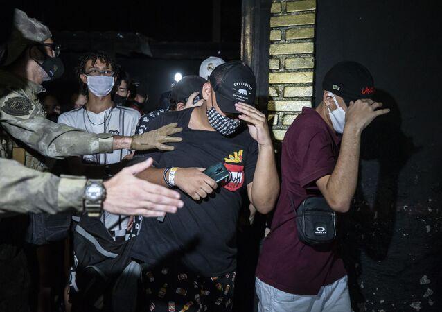 Policiais civis e militares e agentes do Procon realizam fiscalização em casa noturna na Zona Sul de São Paulo (SP) no dia 13 de março de 2021